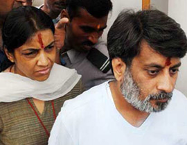 aarushi murder mystery, talwar attacked outside court
